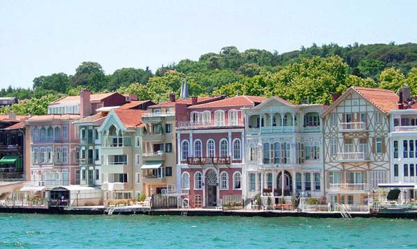 traditional_waterfront_houses_bosphorus_istanbul_turkey_photo_wiki